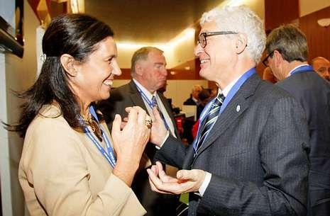 La presidenta del Parlamento, Pilar Rojo, charla con el director de la OLAF, Giovanni Kessler.