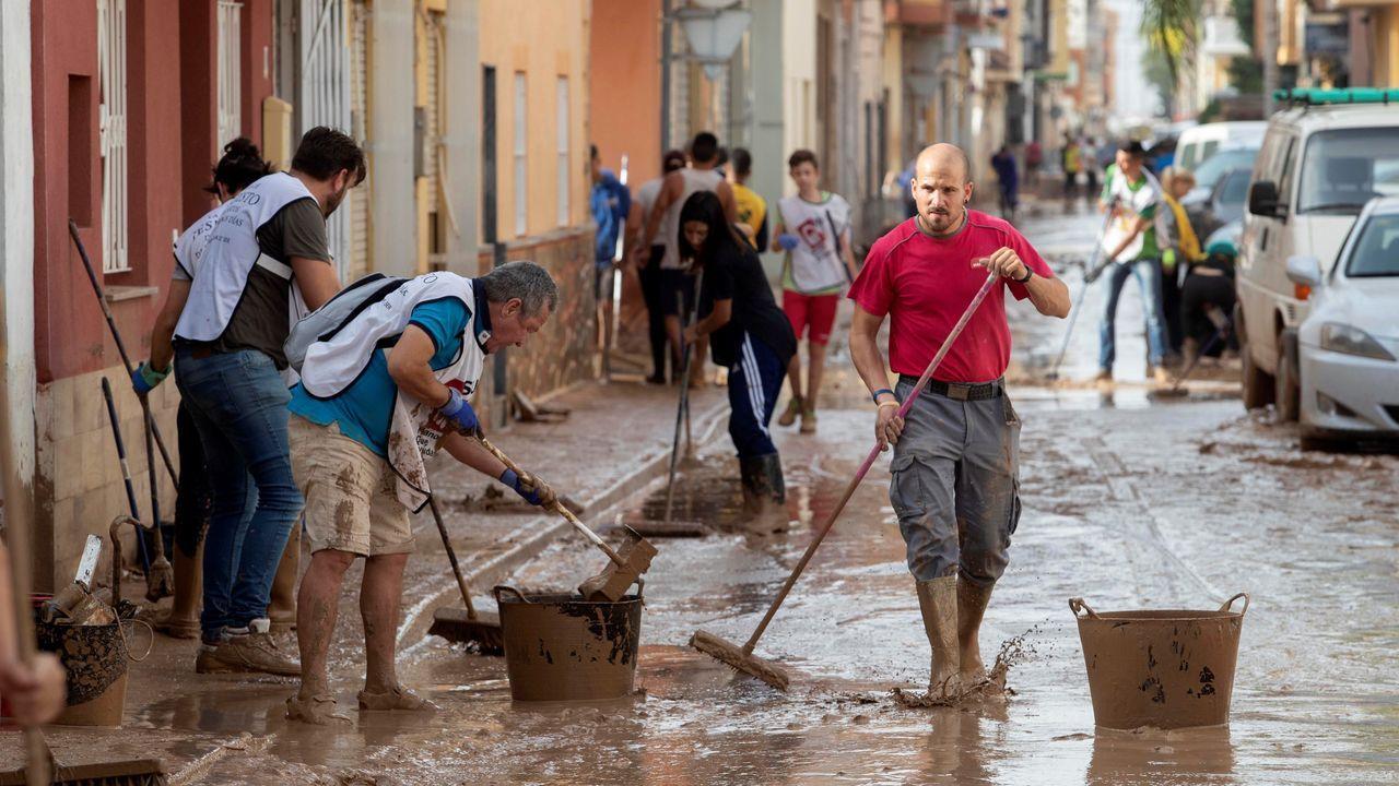 Afectados por las riadas inician la limpieza en Los Alcázares, uno de los municipios mas afectados por las inundaciones