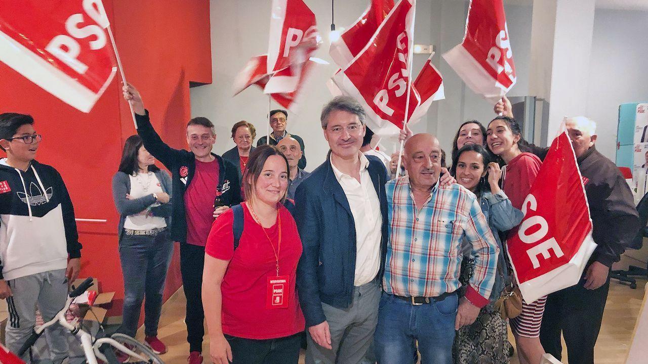 Declaraciones de José Cacabelos tras alcanzar la mayoría absoluta en O Grove.Inés Rey, en la plaza Maestro Mateo, en A Coruña