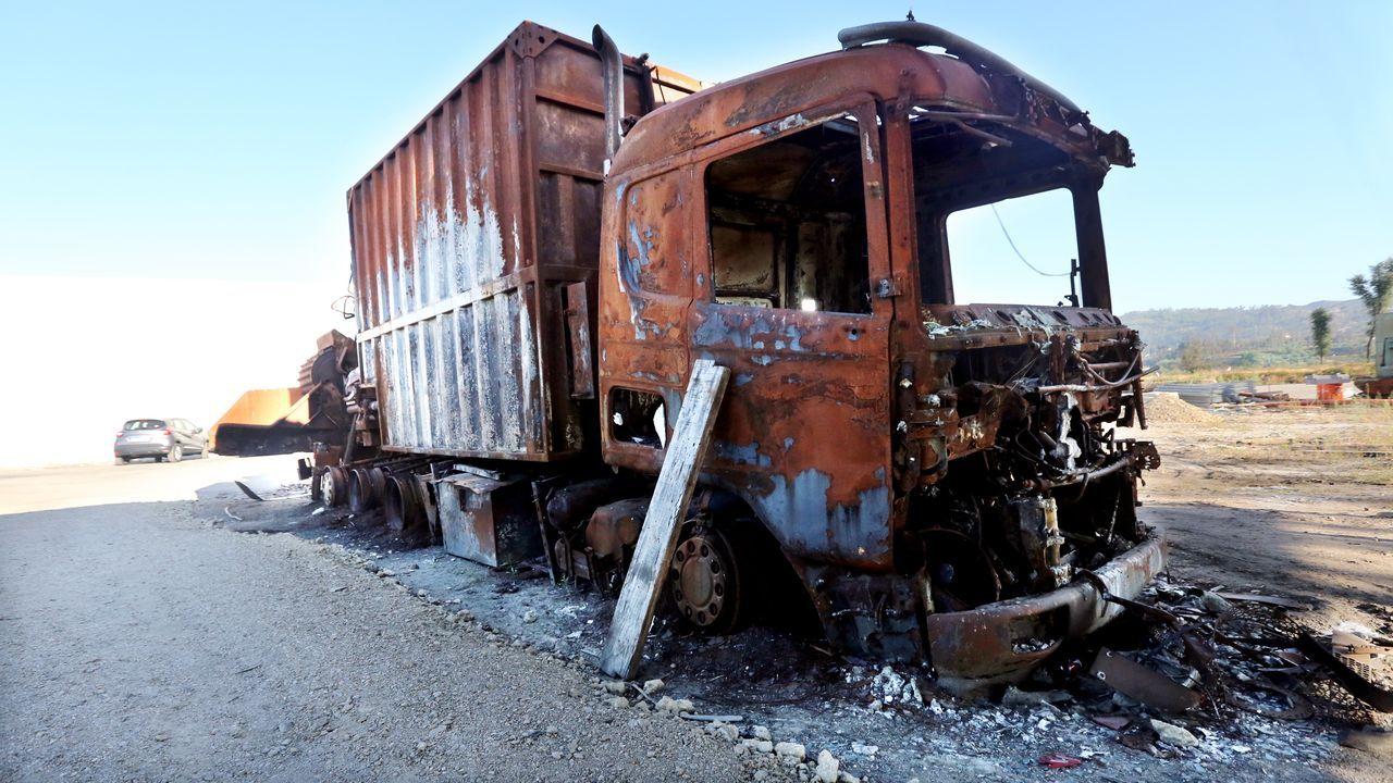 Un camión calcinado en una empresa maderera, permanece en el sitio en el que fue sorprendido por el incendio