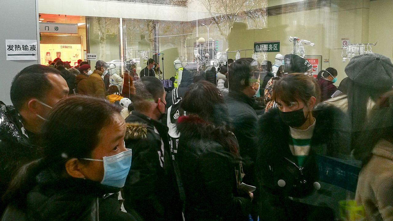 Las personas hacen cola para recibir tratamiento en el departamento ambulatorio de fiebre en el Hospital Wuhan Tongji en Wuhan, provincia de Hubei