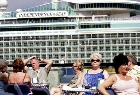 Un grupo de cruceristas aprovechan una escala del «Independence of the Seas» para tomar el sol y consumir en una terraza de A Laxe.
