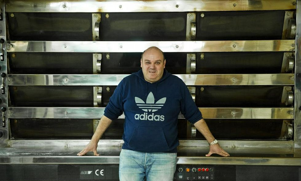 Manuel, el hijo mayor, en el horno, donde trabaja con su mujer, su hermano y cinco empleados.