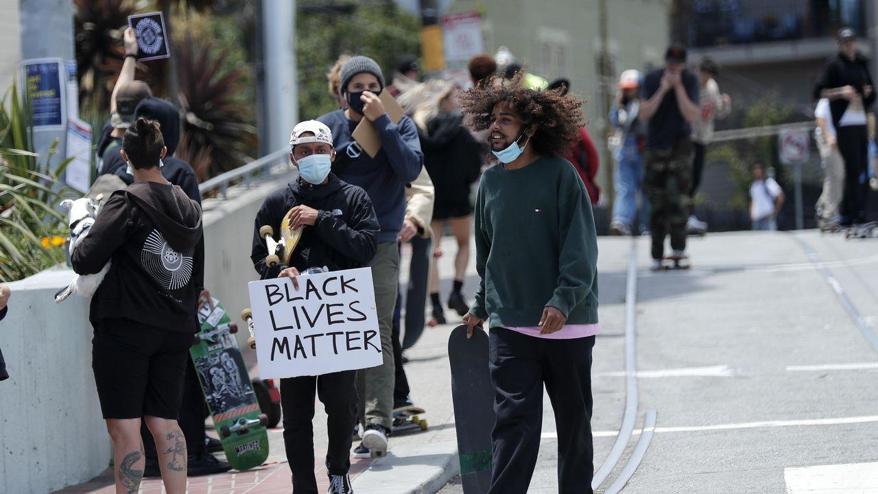 Un grupo de skaters, ayer, entre Twin Peaks y Market Street, en San Francisco, en una de las muchas protestas por la violencia racial