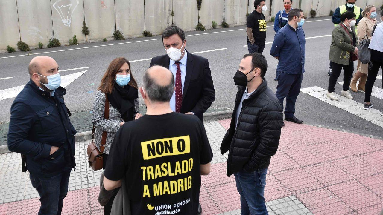 La alcaldesa, Inés Rey, y el presidente de la Diputación de A Coruña, Valentín González Formoso (en el centro), acudieron este lunes a la sede de Naturgy en la avenida de Arteixo para apoyar a los trabajadores concentrados en protesta por la intención de la compañía de cerrar el centro y trasladarse a Madrid