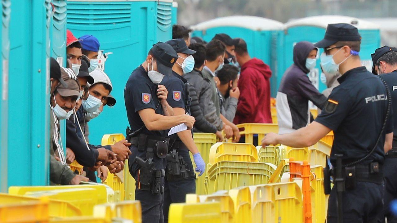 La Policía Nacional custodiaba este martes a los inmigrantes en el muelle de Arguineguín