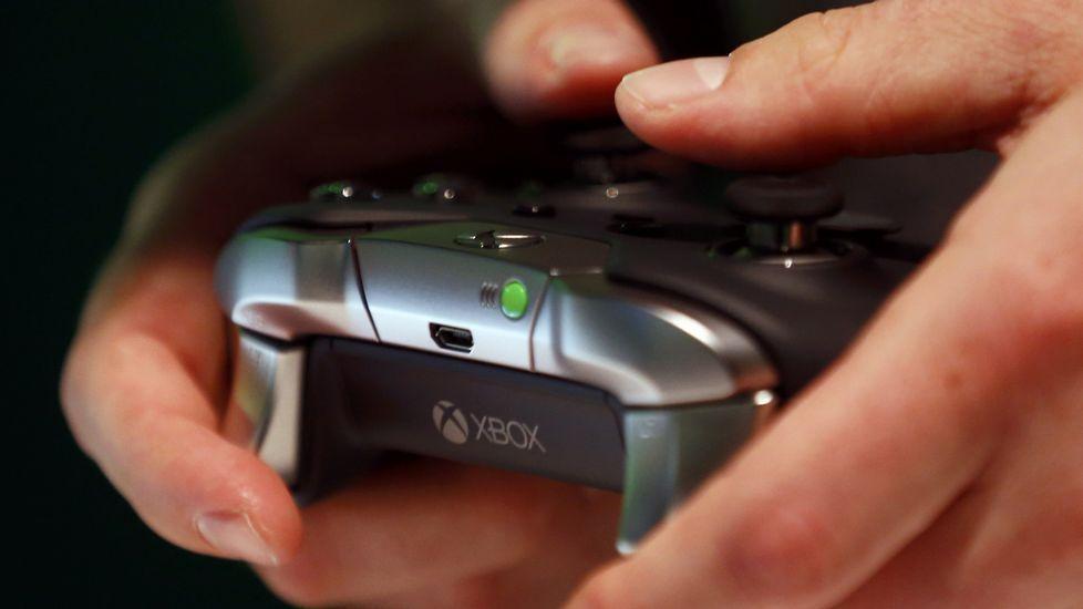 Una persona comprueba el nuevo mando inalámbrico Elite de Xbox