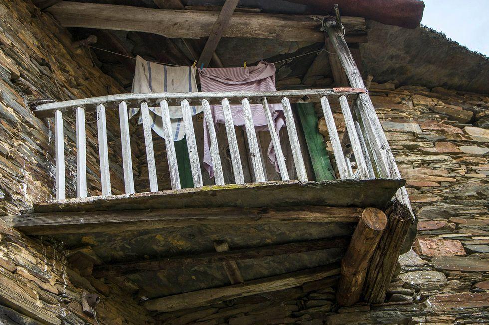 Tres jóvenes canarios estudian demandar a Beyoncé por plagio en un videoclip.Un típico balcón de madera en una casa del pueblo