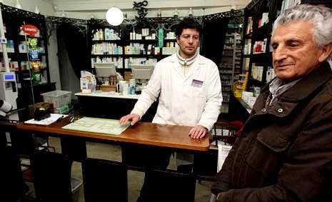 Un empleado anunciando el número ganador de la rifa.