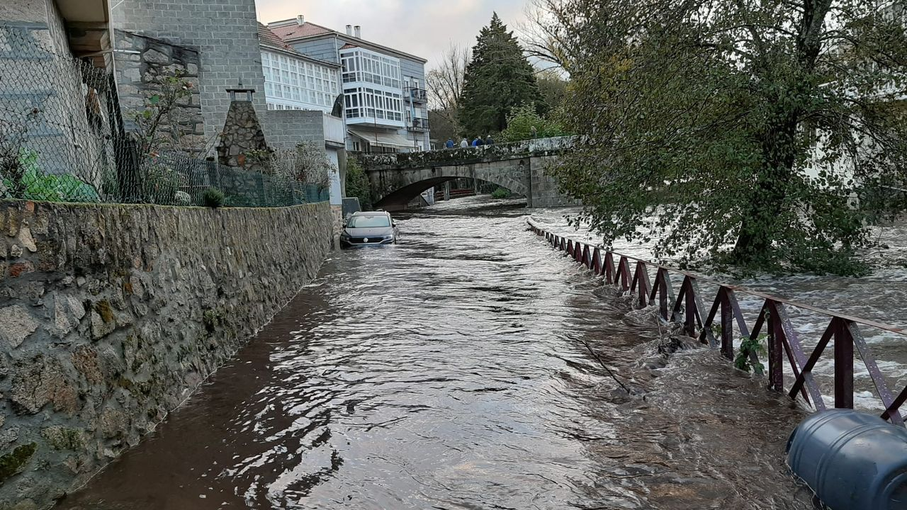 El río Arnoia desbordado a su paso por Baños de Molgas