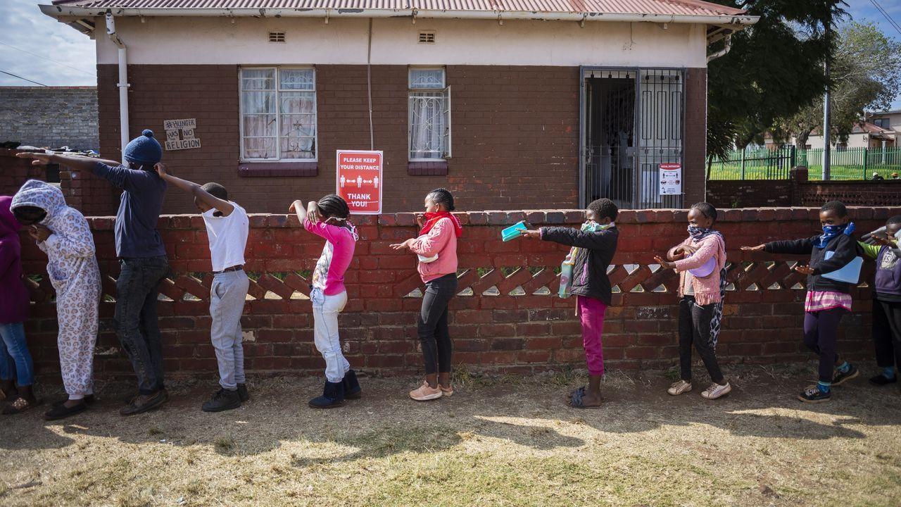 Niños hacen cola en Johannesburgo para recibir comida