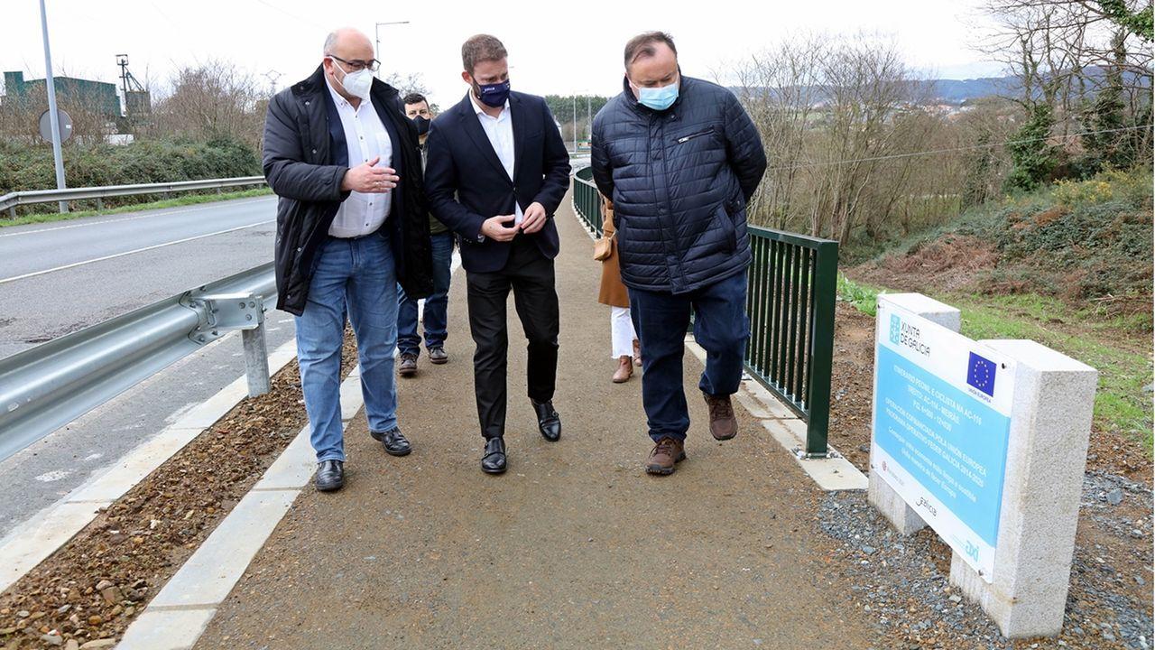 El alcalde de Valdoviño, Alberto González, acompañó al delegado de la Xunta en una visita al nuevo paseo
