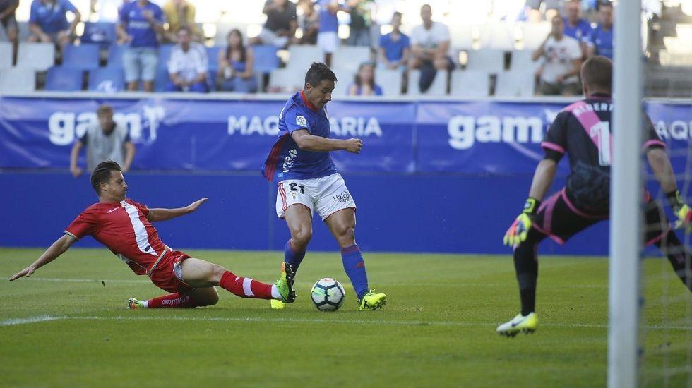 Saúl disparando en el Oviedo-Rayo de la 17/18
