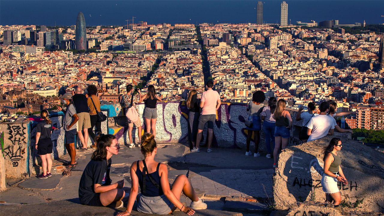 Turistas en los Bunkers del Carmel, con barcelona al fondo