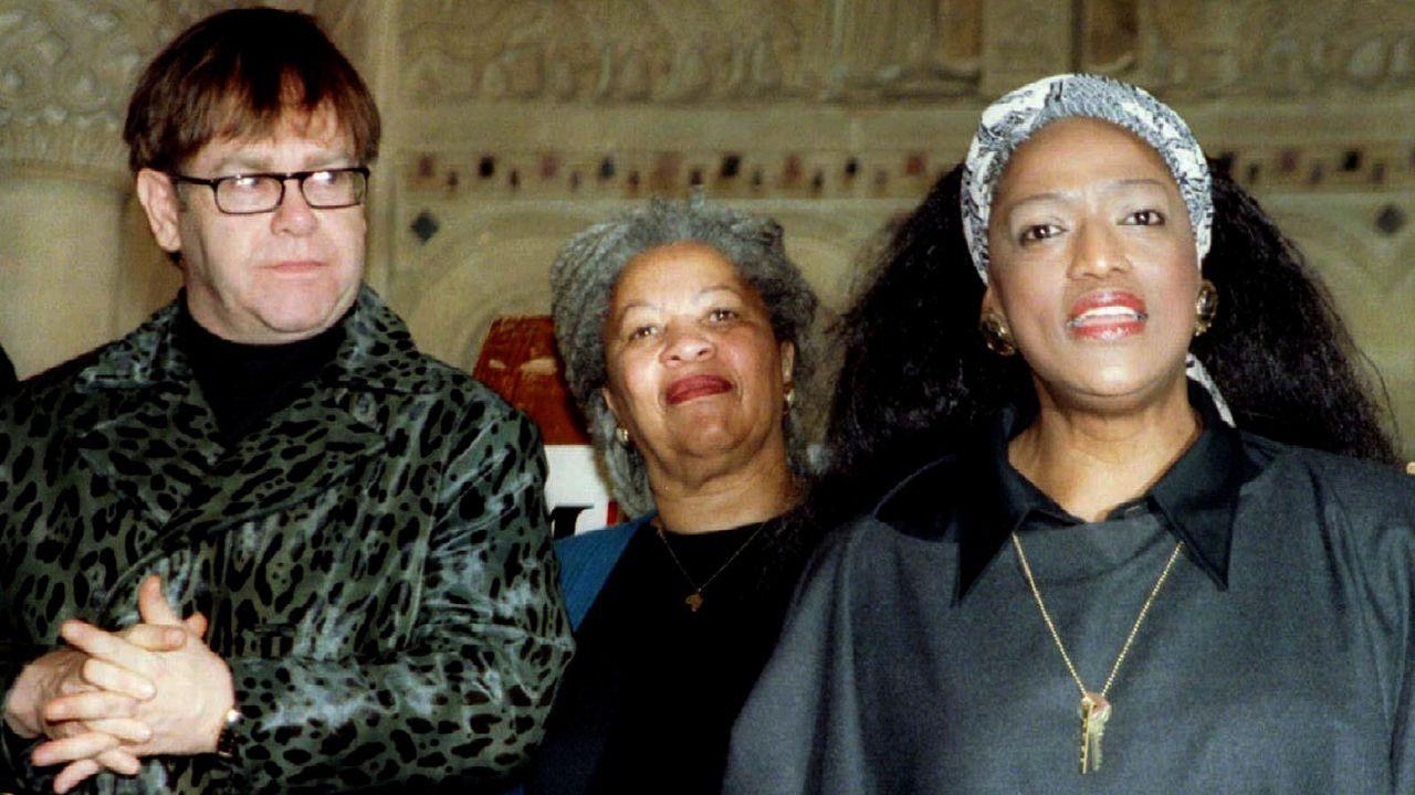 La escritora Toni Morrison, entre la soprano afroamericana Jessye Norman y el cantante británico Elton John, en un acto público en Nueva York en 1996