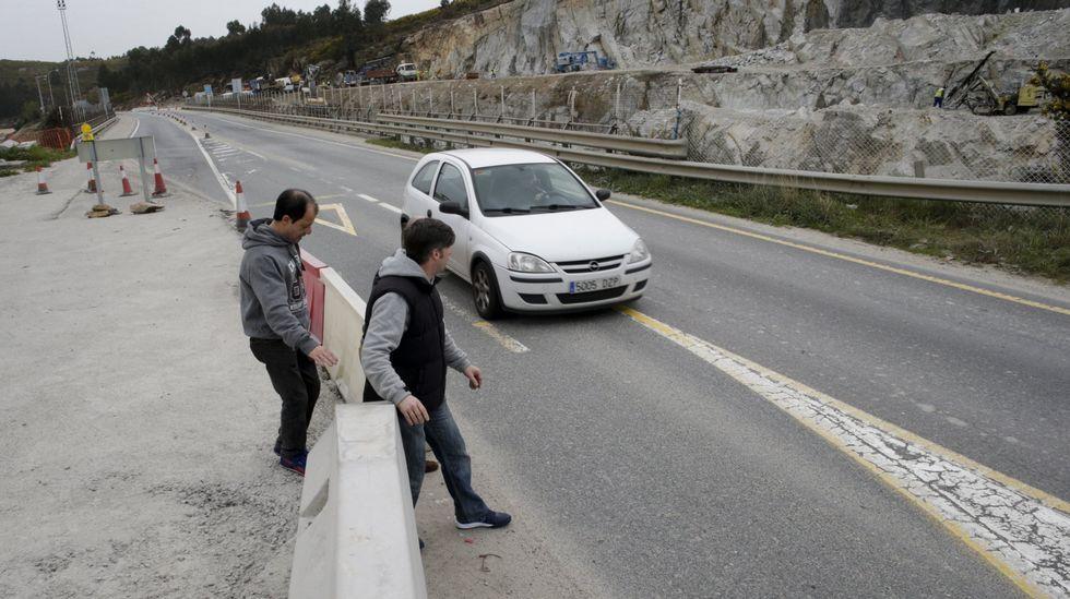 La ministra de Fomento, Ana Pastor (a la izquierda de la imagen) visitó ayer las obras del vial de acceso a Langosteira .