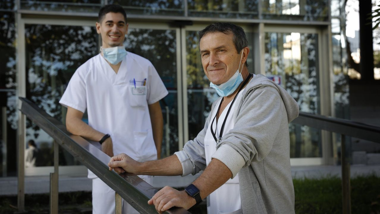 Carlos Bastón, celador que ha conseguido plaza en el Hospital de Oza (Chuac), con el encargado de turno, Manuel Mosquera