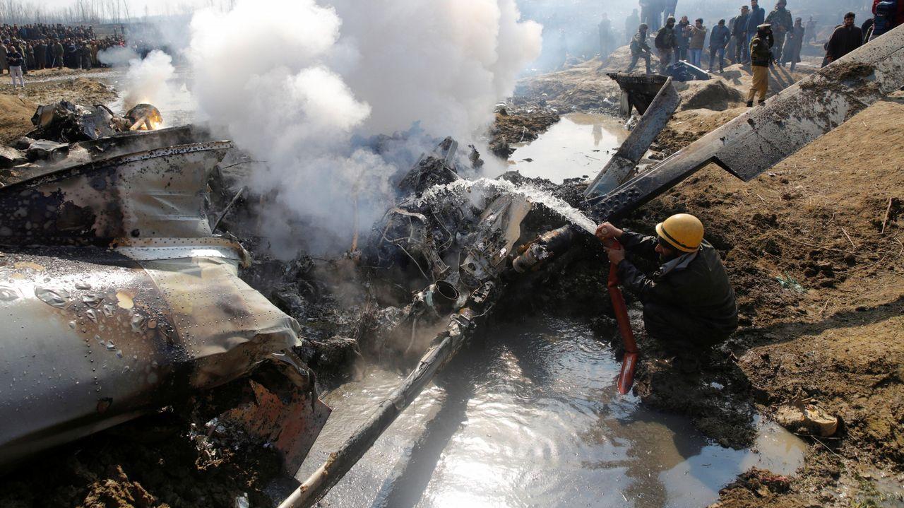 Rescate en el Nanga Parbat tomadas por el equipo de Txikon.Un bombero apaga las llamas de uno de los aparatos derribados en el distrito de Bugdam