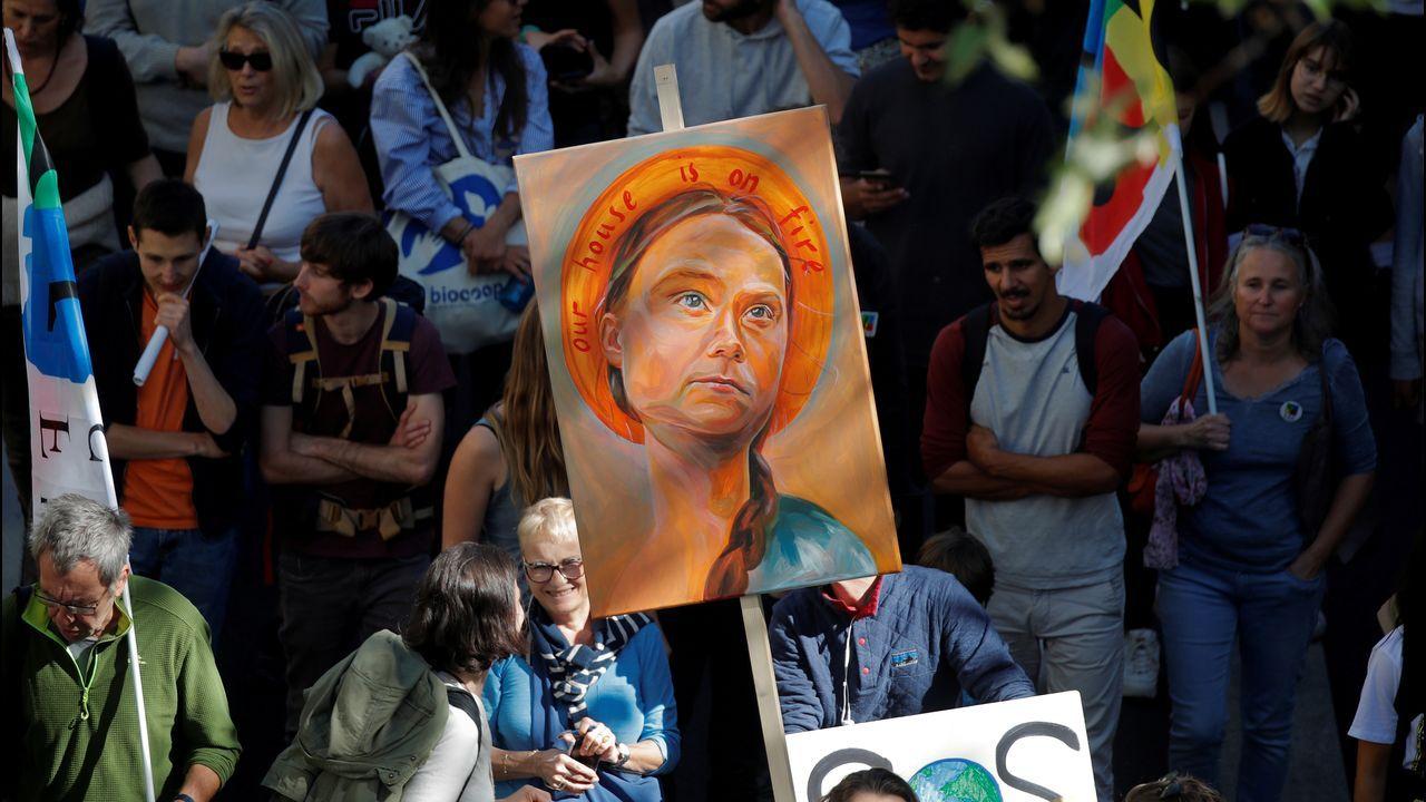 Manifestantes parisinos con un retrato de Greta Thunberg