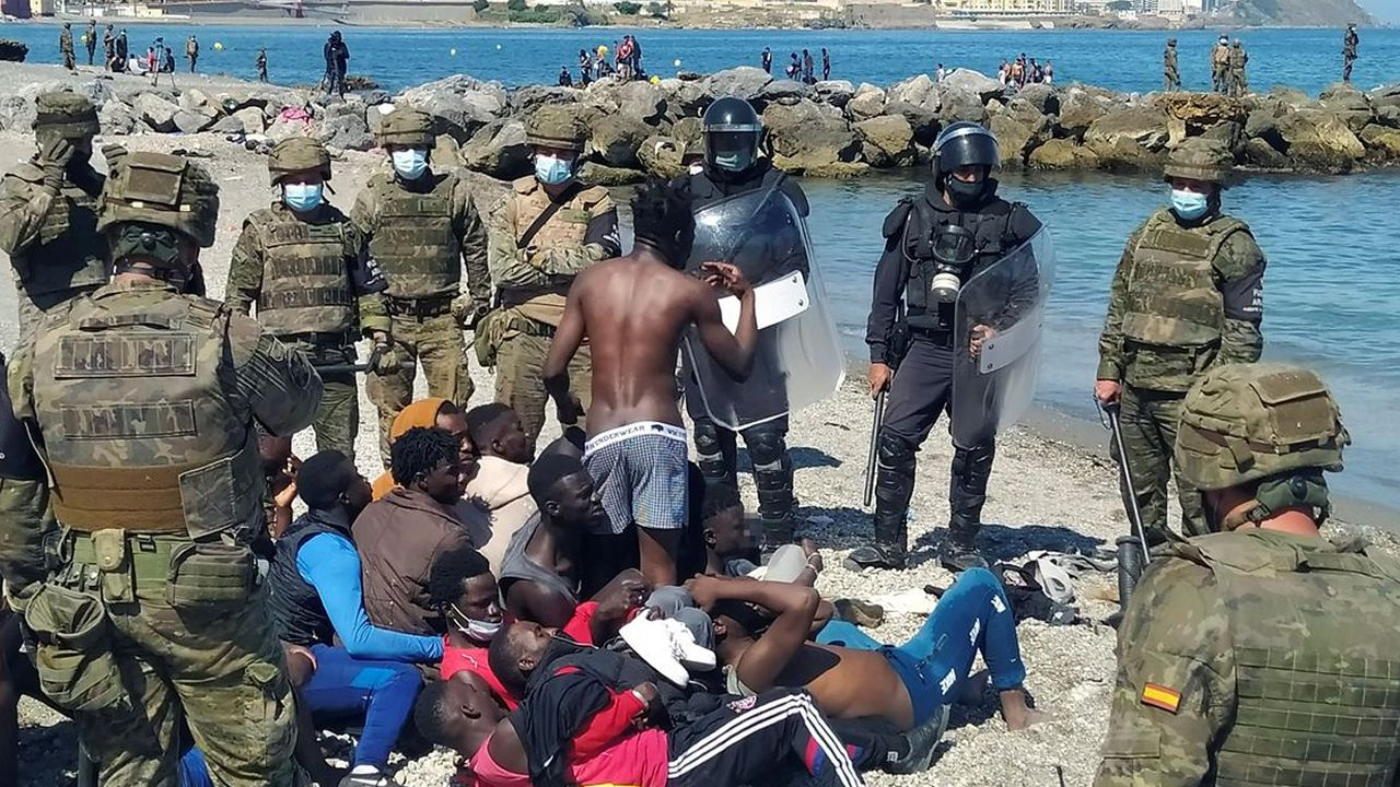 En imágenes, el Ejército intenta frenar la entrada masiva de inmigrantes a Ceuta