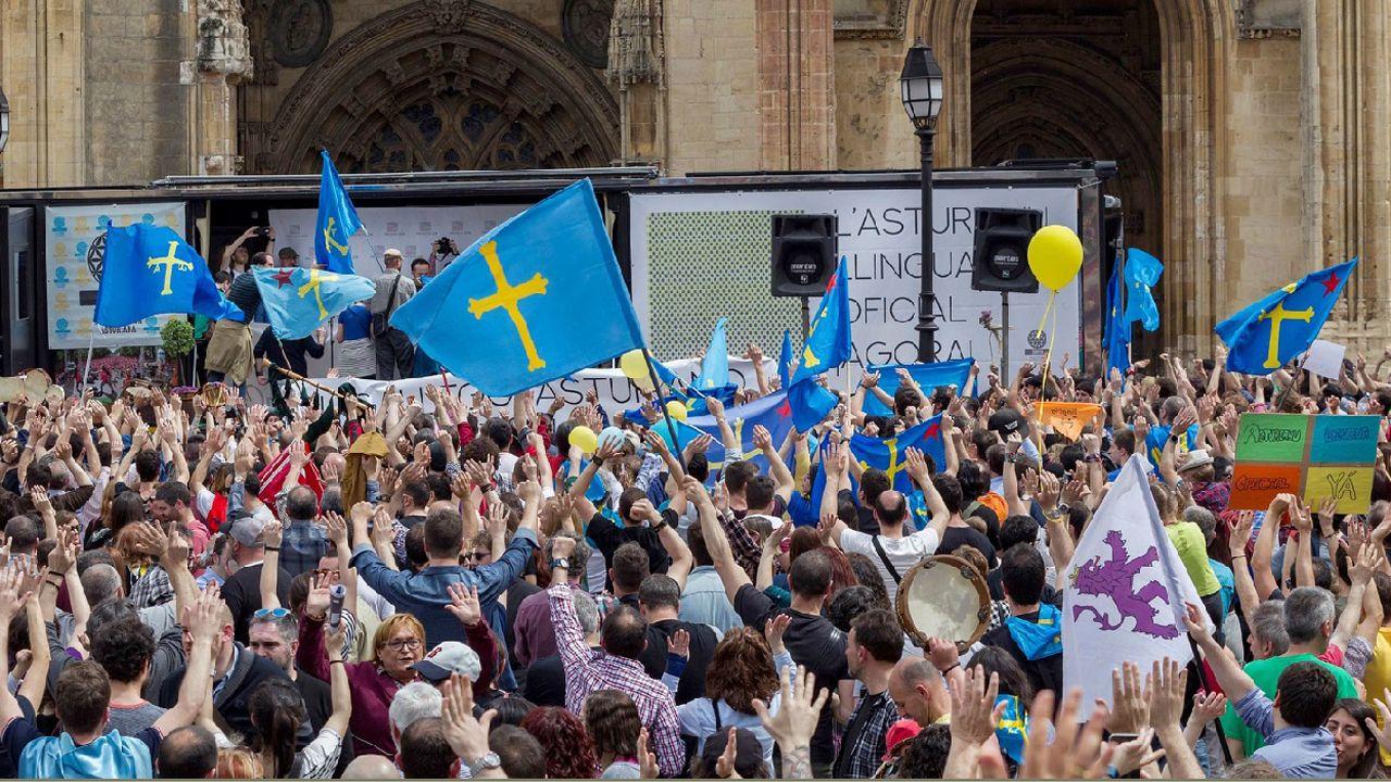 La política y la sociedad asturiana se vuelcan en el adiós a Álvarez Areces.Manifestación n'Uviéu pola oficialidá