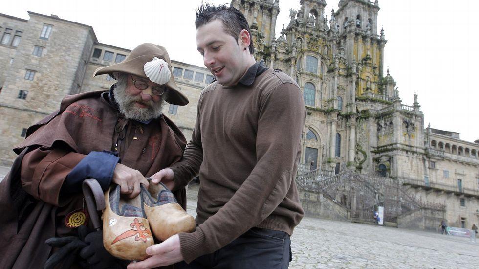 El zoqueiro Alberto Geada le entrega a Zapatones unos ejemplares de sus populares zocas