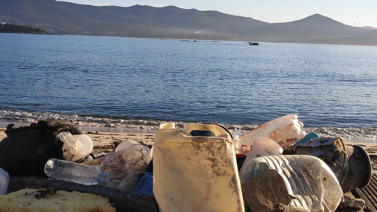 Baño por la regeneracion de la playa de Pescadoira en Bueu.El río Piles, a su paso por Las Mestas