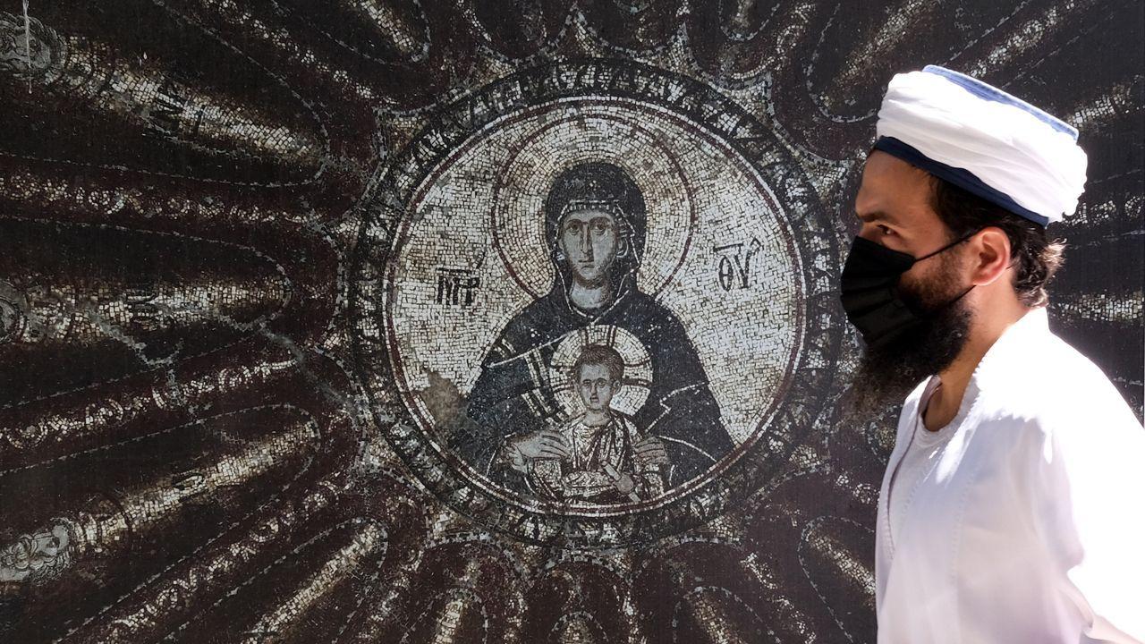 Un hombre pasea delante de la antigua basílica bizantina de Estambul, la iglesia de Chora, que ahora Erdogan quiere convertir en mezquita