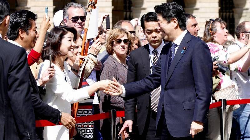 Rajoy muestra Santiago a Shinzo Abe.Pilar Rojo entrega el premio a los alumnos del Rosalía.