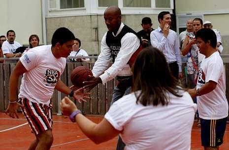 Rosalía Mera, una vida en imágenes.El jugador de baloncesto Bruce Bowen, con niños con síndrome de Down en Vigo.