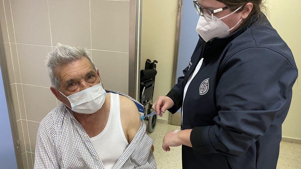 Manuel García Porto, de 77 años y vecino de Vilamartín, se vacunó en el HCV