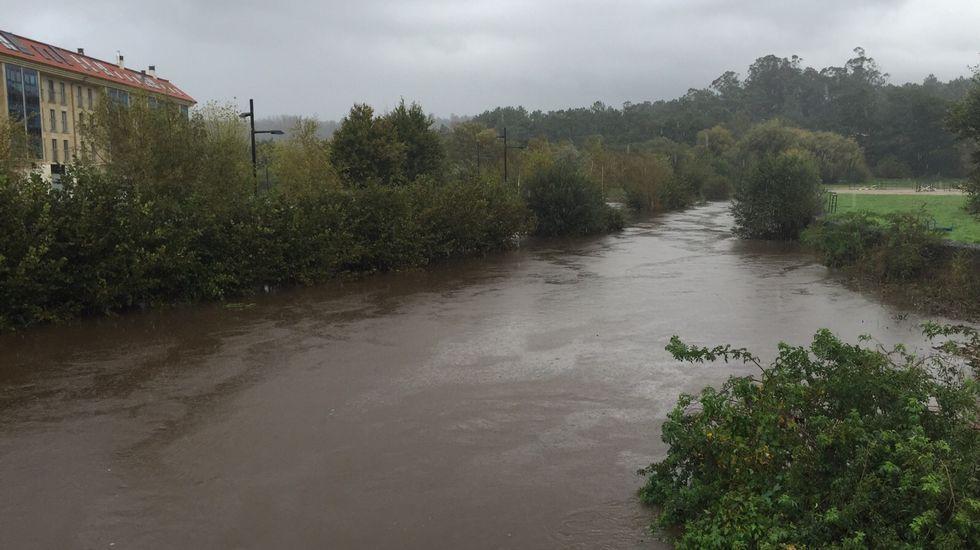 Las lluvias también han provocado una crecida del río en Bertamiráns (Ames).