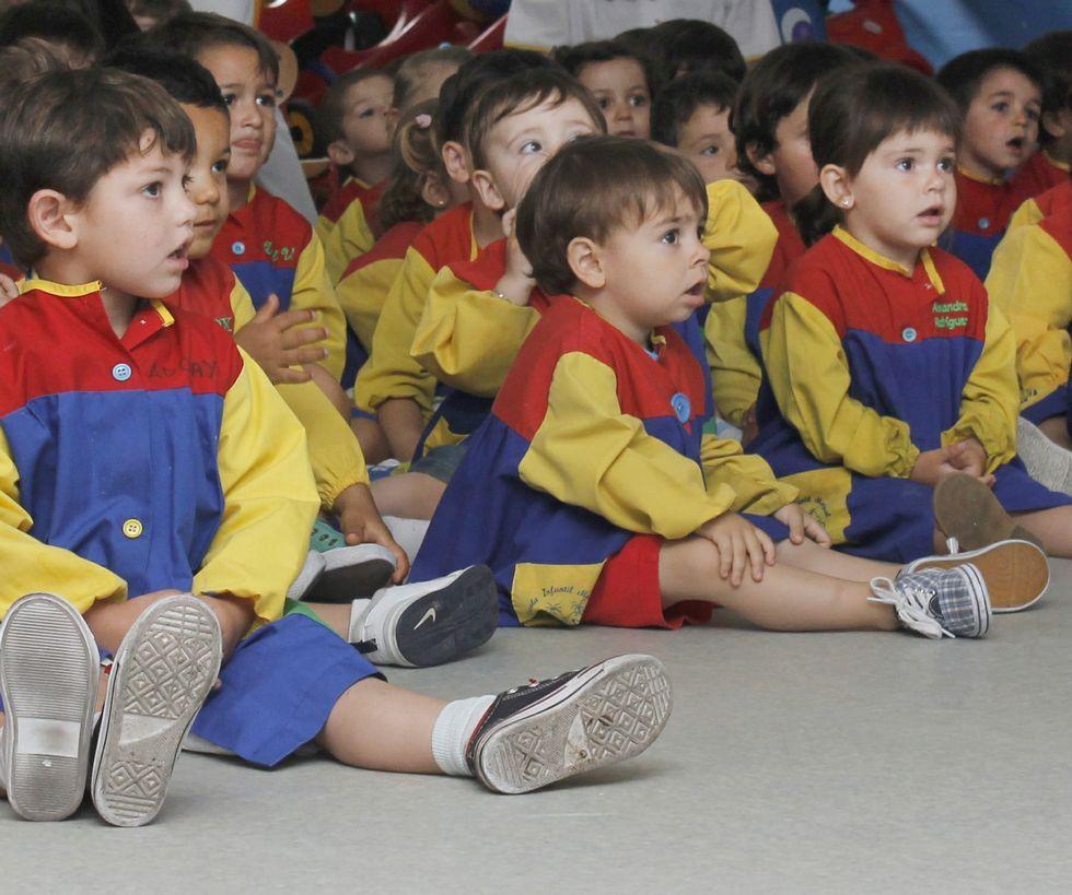 Los niños de la escuela infantil prestaron atención al concierto.