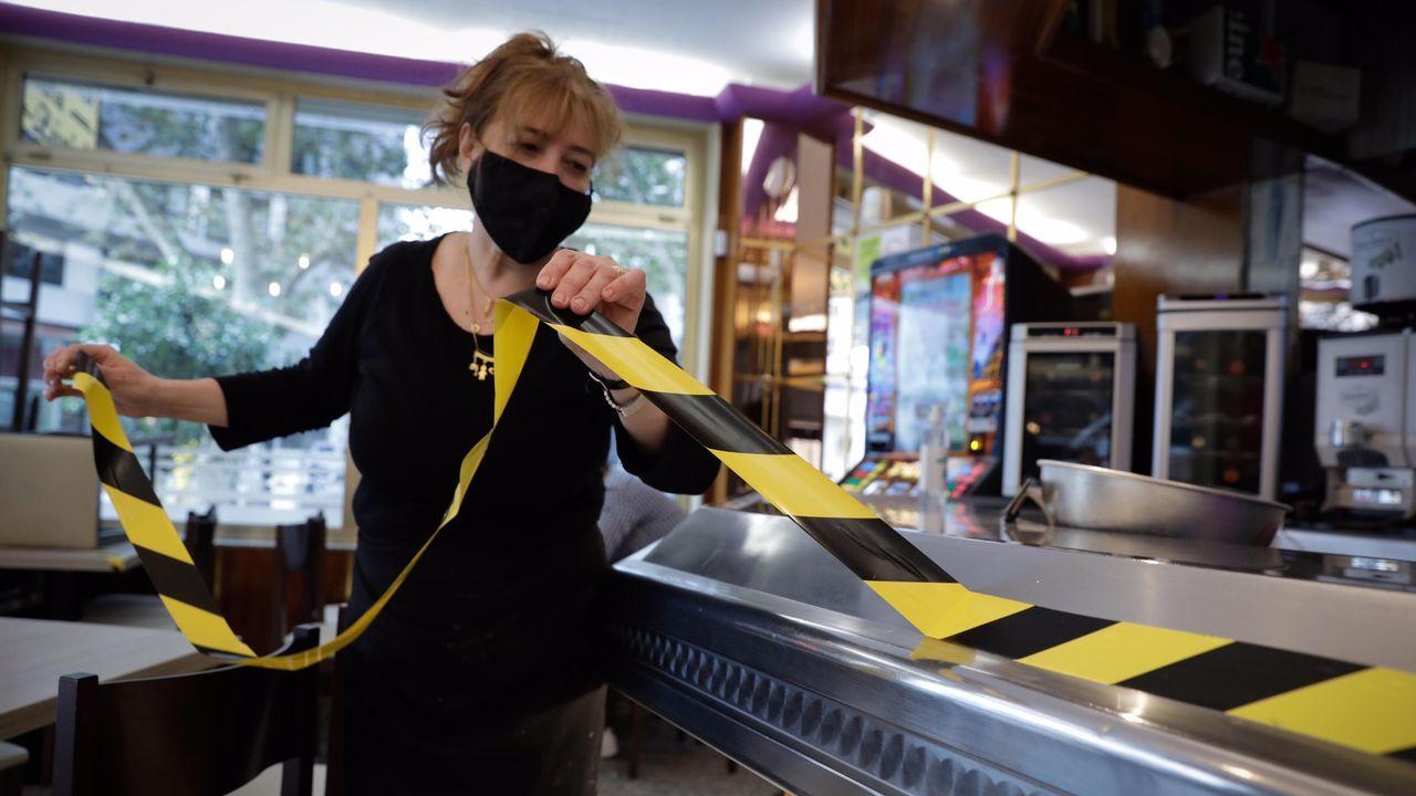 Sandra puede retirar ya la cinta que señalaba que la barra de su local no se podía utilizar