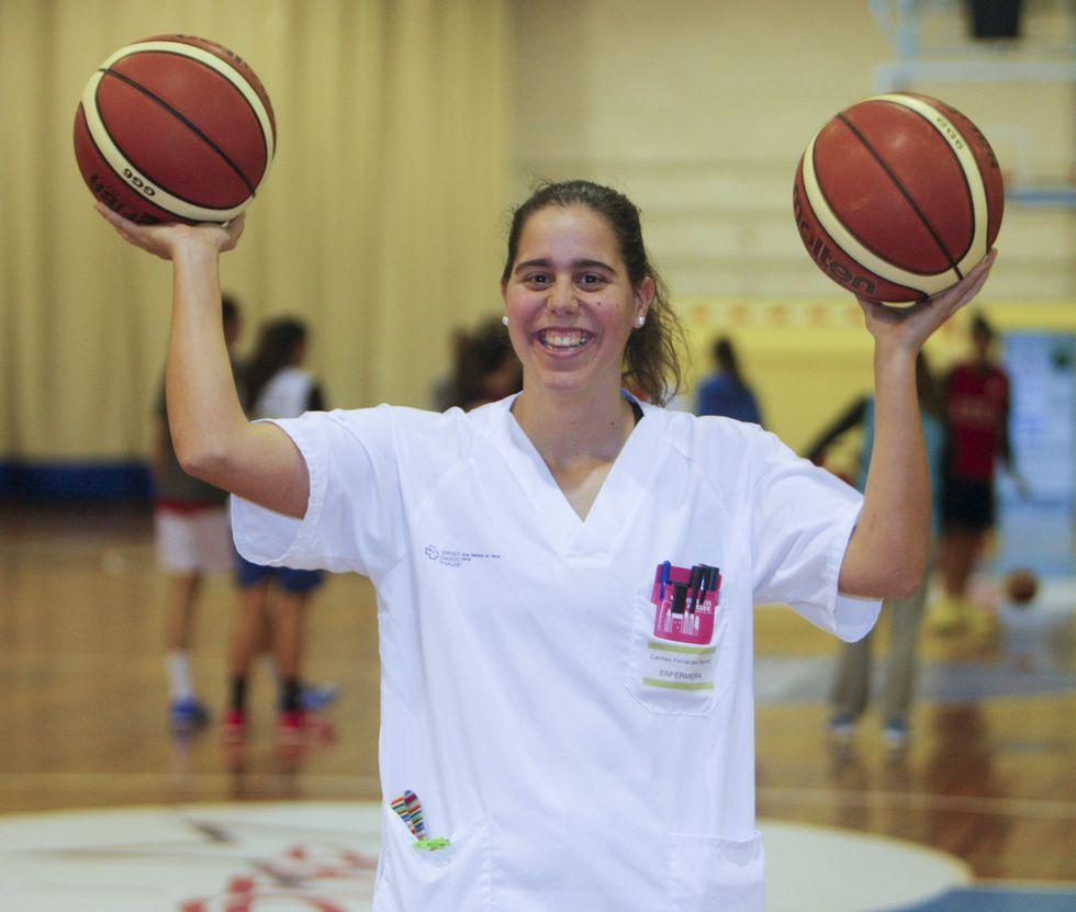 Carmen Fernández, con su uniforme laboral, en el pabellón de Esteiro, donde juega.