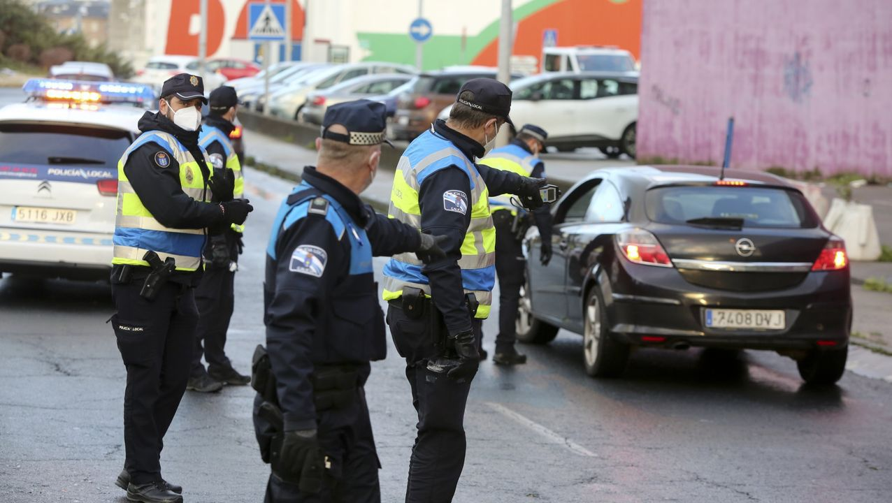 Imagen de archivo de agentes de la Policía Autonómica controlando el cumplimiento de las medidas en A Coruña