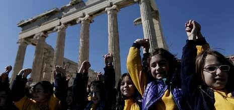Se niega a publicar los nombres de los defraudadores.Niños griegos forman una cadena en la Acrópolis, en un país donde el 10 % de los críos tienen problemas de alimentación.