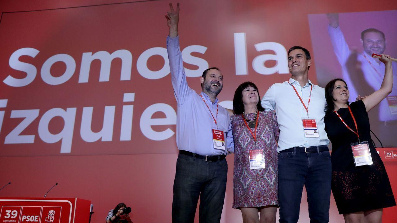 El alcalde de Laviana, Adrián Barbón.José Luis Abalos, Cristina Narbona, Pedro Sánchez y Adriana Lastra saludan a los delegados