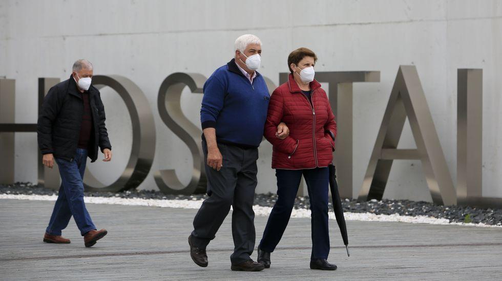 Personas con mascarilla en la entrada del HULA, que tiene en estos momentos cinco pacientes ingresados con covid-19