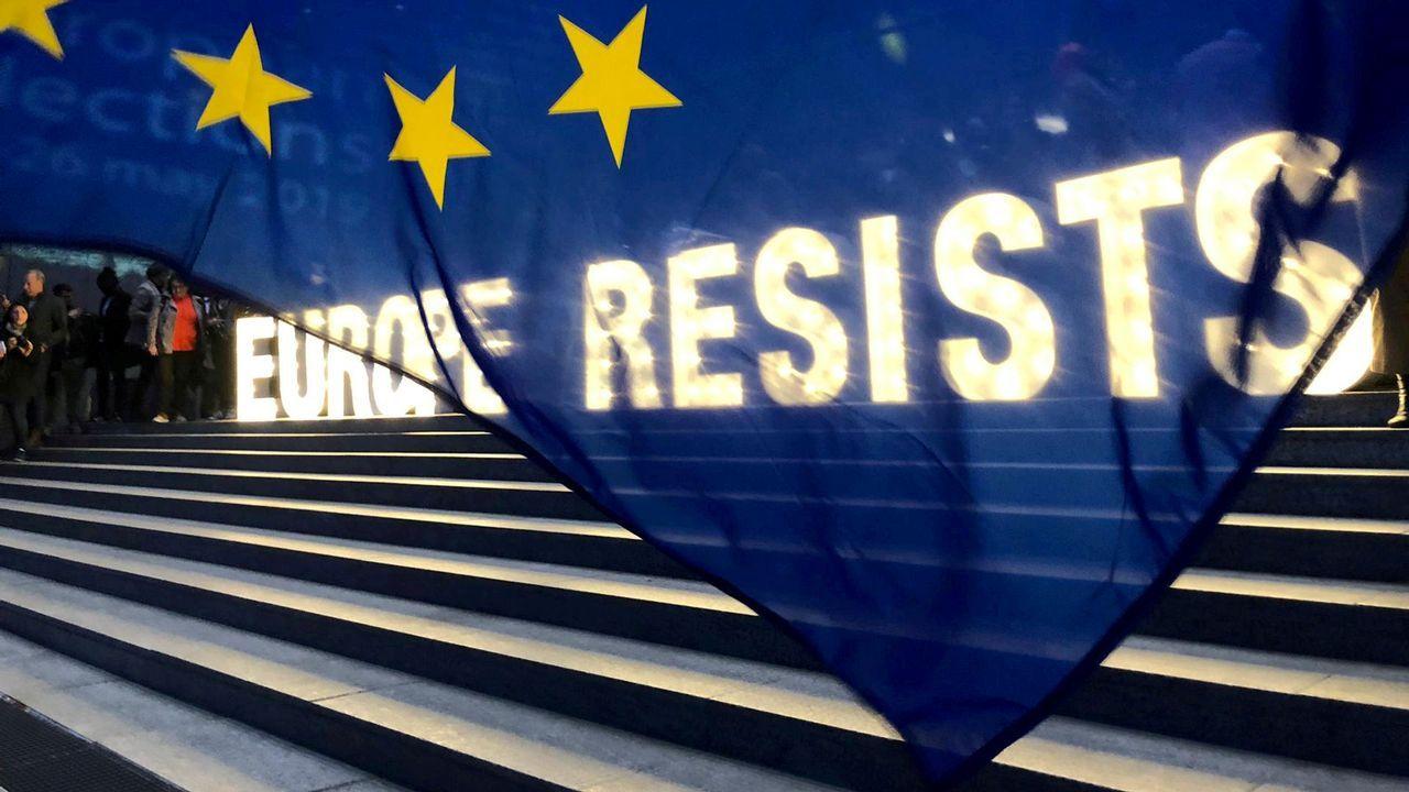 Un grupo de activistas desplegaron una bandera ante la sede del Parlamento Europeo en Bruselas con motivo de la convocatoria electoral