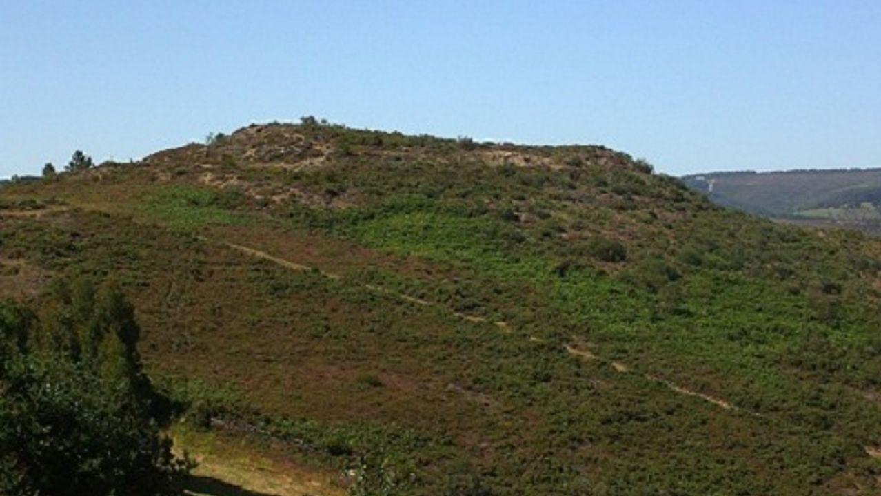 Castro de Pin (Navia de Suarna). Gran panorámica. Entre Galegos y Pin. Situado en un pequeño outeiro, junto al río Mazaira. Presenta una planta circular con un recinto grande. Dispone de dos fosos y muralla.