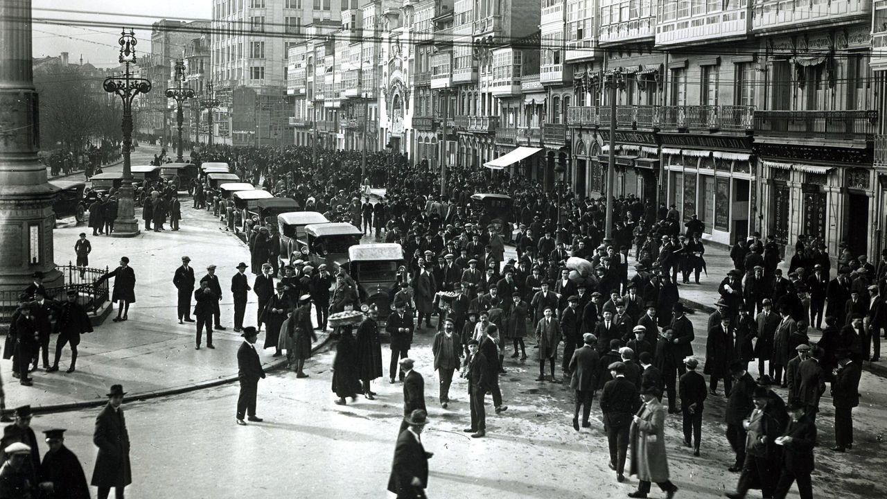 La AC-12 comienza a perder carriles por las obras en el cruce del Sol y Mar.Salida de un mitin celebrado en el Teatro Linares Rivas en los Cantones en el año 1919.
