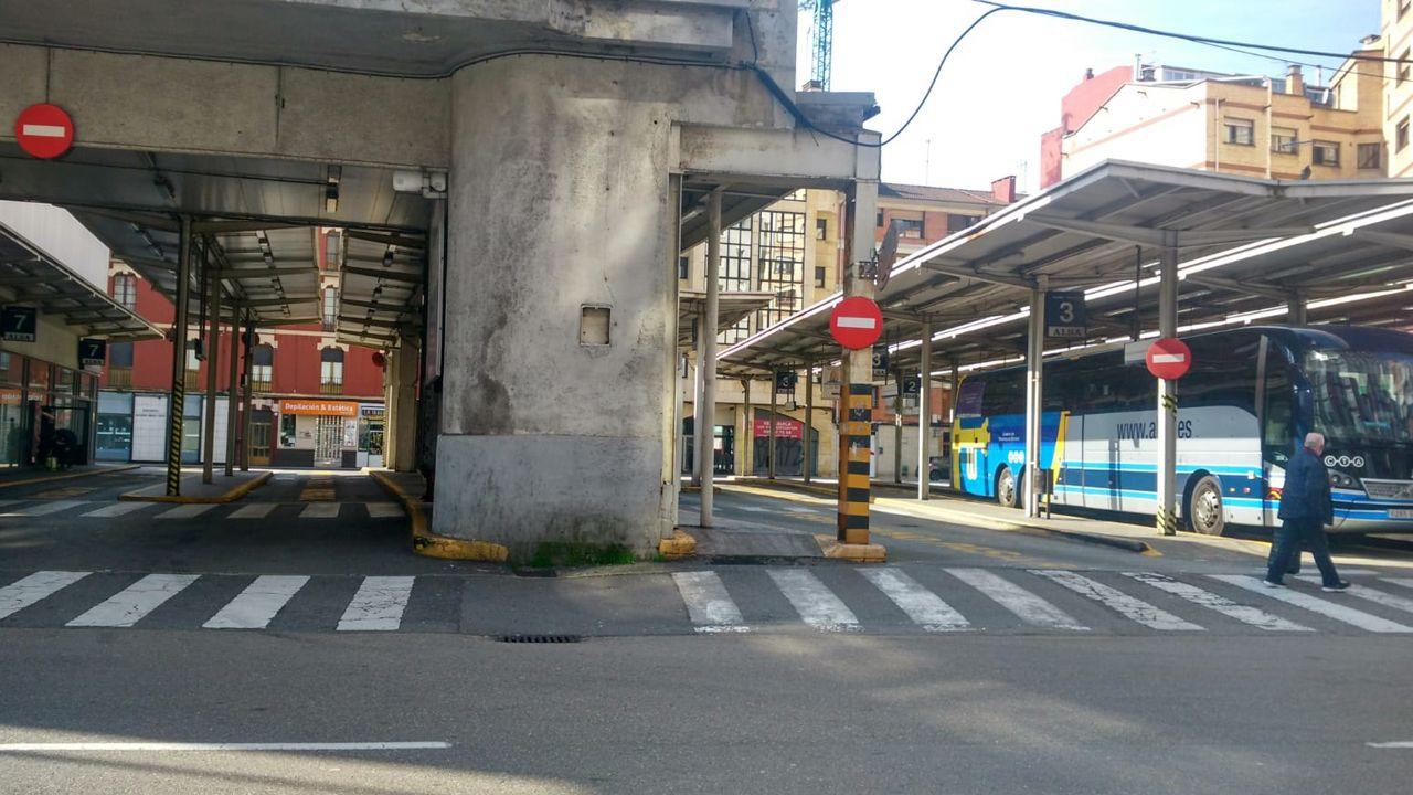 El coronavirus vacía las principales ciudades del mundo.Las estación de autobuses de Gijón, vacía