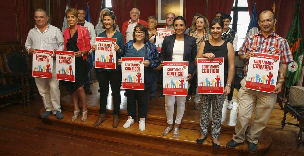 Representantes de cada asociaciónn presentaron ayer por la mañana el cartel en el Concello.