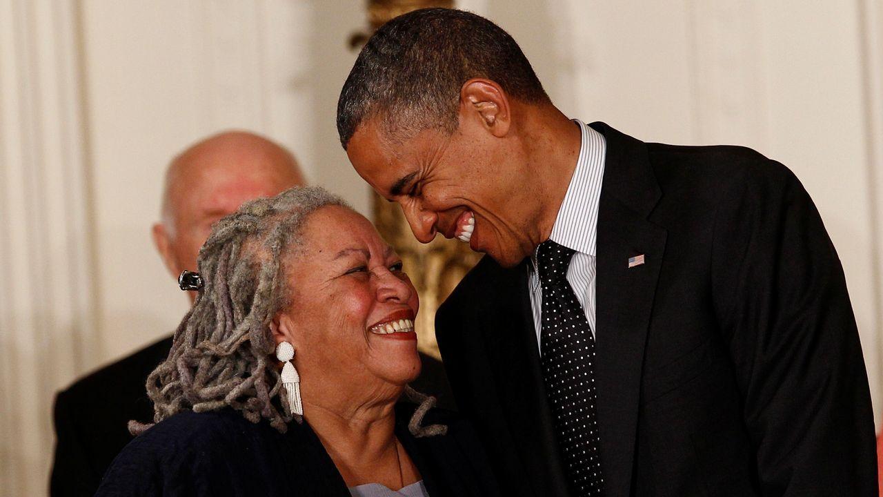 La novelista Toni Morrison sonríe al entonces presidente de EE. UU. Barack Obama en la ceremonia en la que la que recibió la máxima condecoración de las libertades civiles en la Casa Blanca, en Washington, el 29 de mayo del 2012