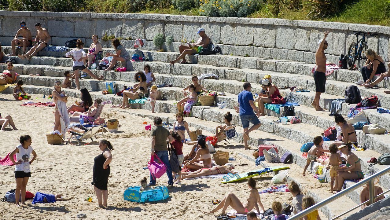 Las playas de Riazor, Orzán, Matadero y San Amaro se han llenado de gente en el primer día de la fase 2 de la desescalada, con el baño ya permitido