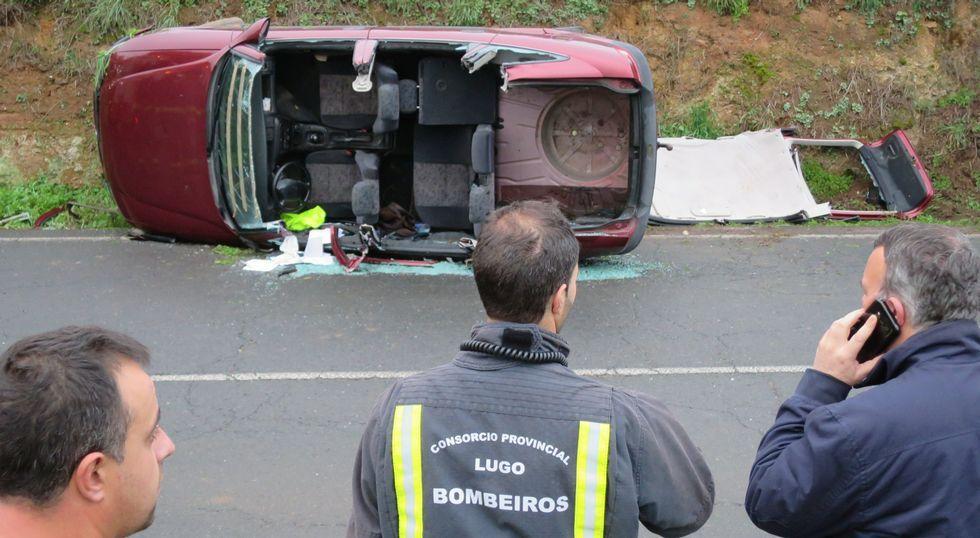 El coche que conducía el fallecido quedó completamente destrozado por el impacto.