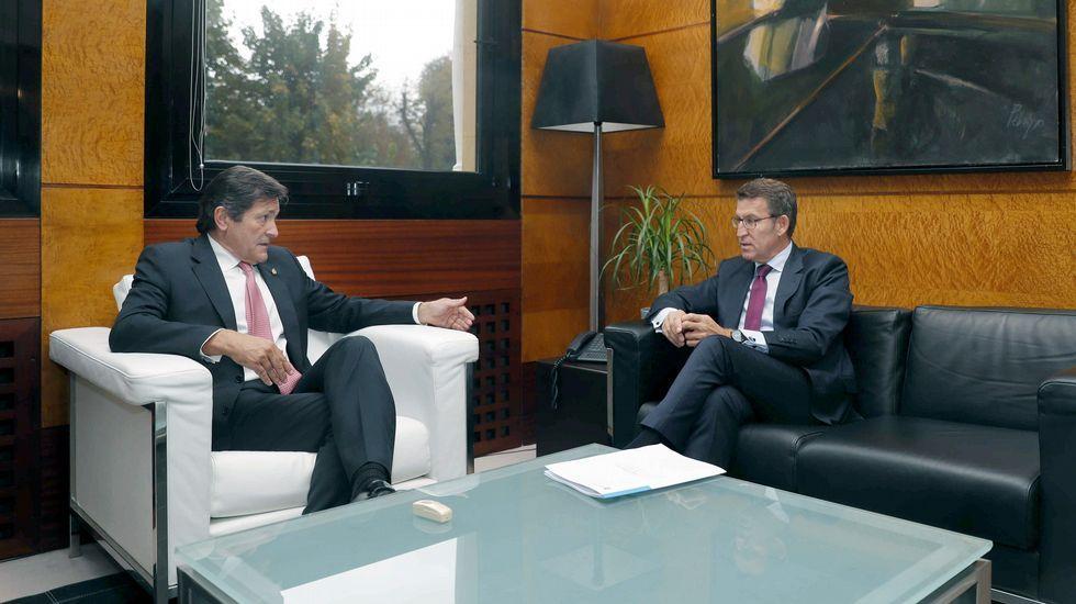El presidente del Principado de Asturias, Javier Fernández (i), y el de la Xunta de Galicia, Alberto Núñez Feijóo, se reúnen en Oviedo