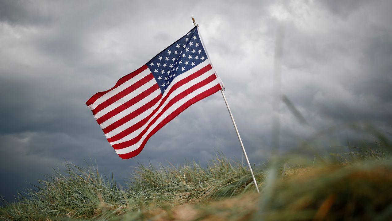 Una bandera estadounidense en la playa de Omaha
