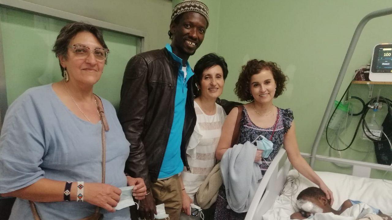 Una operación de éxito. En la foto, Herminia, de Azul en Acción; el padre de Henri, y las oftalmólogas Ana González y Paula Vázquez, tras la operación del pequeño